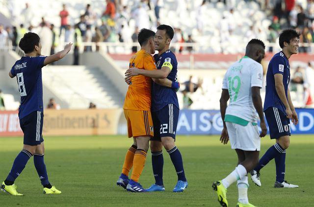 21일 아랍메이리트(UAE) 샤르자에서 열린 2019 아시아축구연맹 아시안컵 16강전에서 사우디아라비아를 꺾은 일본 선수들이 기뻐하고 있다. 뒤편엔 일본 기업 세이종 카드의 광고판이 보인다. 샤르자=AP연합뉴스