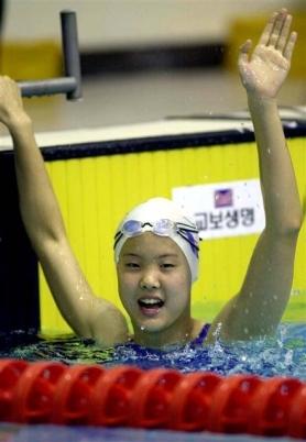 국내 중학교 재학 당시 수영 대회에 출전해 경기를 치른 뒤 자신의 기록을 확인하고는 팔을 뻗으며 기뻐하고 있는 장씨의 모습. 서울신문 DB