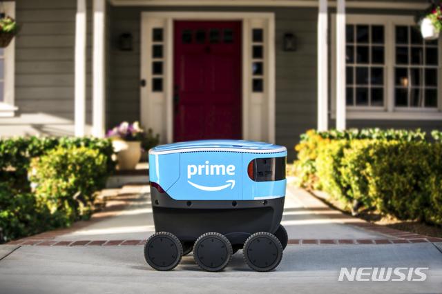 【스누호미시 카운티(미 워싱턴주)=AP/뉴시스】'스카우트'란 이름의 아마존 자율택배 로봇이 지난 23일(현지시간) 시애틀 근교에서 배달 테스트를 실시하면서 소비자의 문 앞에 상품을 배달하고 있다. 2019.1.24