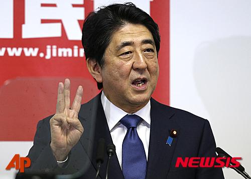 """【도쿄=AP/뉴시스】아베 신조(安倍晉三) 일본 총리가 도쿄 자민당사에서 """"아베노믹스의 2단계 수단인 새로운 세 개의 화살""""에 대해 설명하고 있다."""