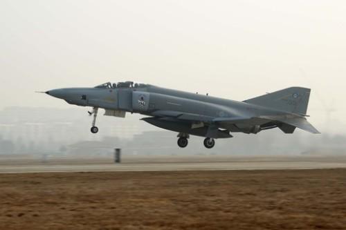공군 F-4 전투기가 훈련을 위해 활주로를 이륙하고 있다. 공군 제공