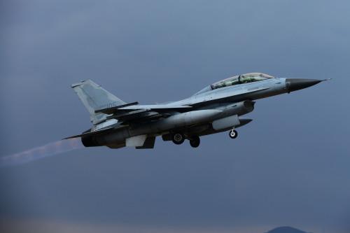 공군 F-16D 전투기가 조종훈련을 위해 상승 비행을 하고 있다. 공군 제공