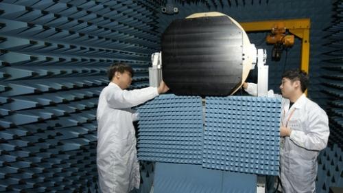 엔지니어들이 KF-X 탑재 다기능위상배열(AESA) 레이더 실험을 실시하고 있다. 방위사업청 제공