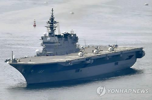 항해중인 日해상자위대 호위함 '이즈모' [도쿄 AP=연합뉴스 자료사진] 항공모함으로 개조될 예정인 일본 해상자위대 호위함 '이즈모'가 헬리콥터를 탑재하고 항해하고 있다.