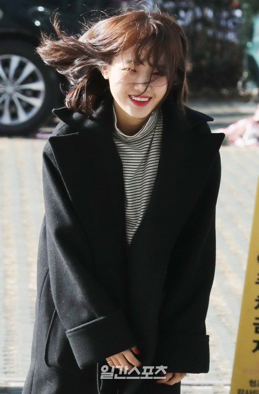 <p>Choi Yoo-jung This communicate with the fans and Studio.</p>