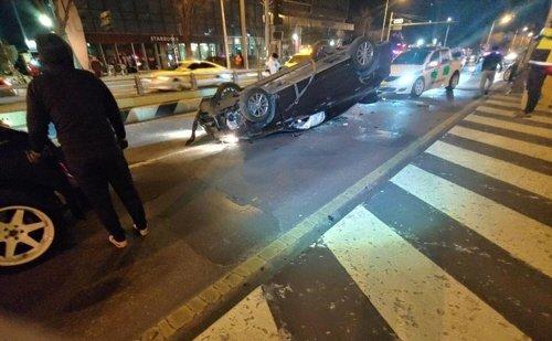 26일 대전시 서구 둔산지하차도 입구에서 유성 방향으로 달리던 쏘나타 차량이 충격흡수대를 들이받고 뒤집혔다. 사고 직후 20대로 추정되는 운전자는 도주했다. [연합뉴스]