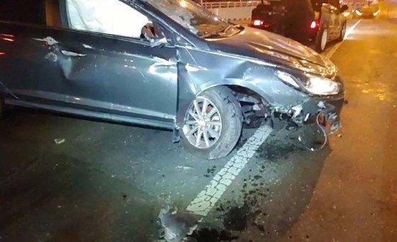 지난 26일 오전 대전시 서구 둔산지하차도 입구에서 유성 방향으로 달리던 쏘나타 차량이 충격흡수대를 들이받고 뒤집혔다. 사고 직후 운전자는 도주했다. [사진 둔산경찰서]