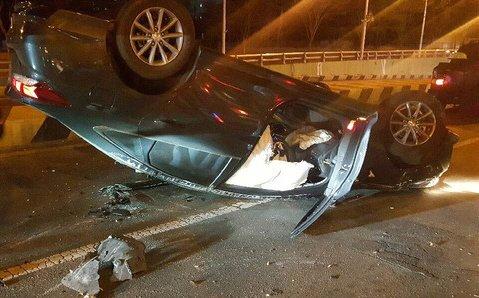 지난 26일 오전 0시50분쯤 대전 서구 둔산지하차도 입구에서 유성 방향으로 달리던 쏘나타 차량이 충격흡수대를 들이받고 뒤집혔다. [사진 둔산경찰서]