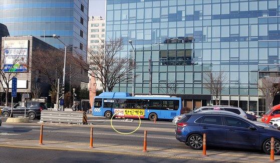 지난 26일 유성 방향으로 달리다 충격흡수대를 들이받고 뒤집히는 사고가 대전시 서구 둔산지하차도 입구.사고 직후 운전자는 아무런 조치를 취하지 않고 도주했다. 신진호 기자