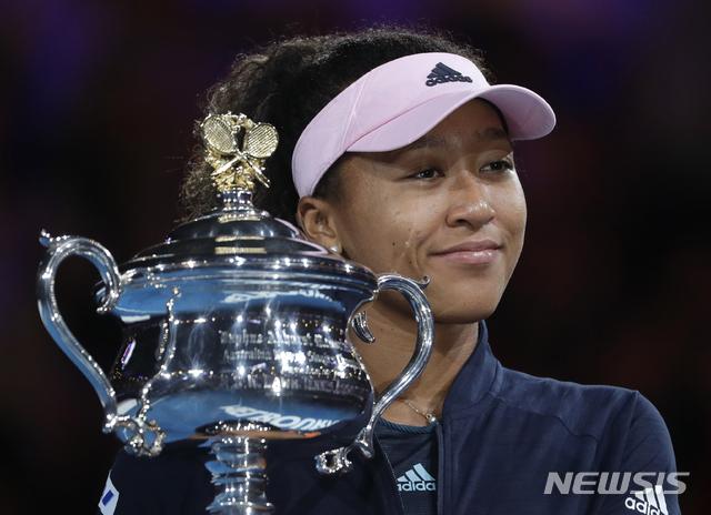 【멜버른=AP/뉴시스】오사카 나오미(4위, 일본)가 26일(현지시간) 호주 멜버른 로드 레이버 아레나에서 열린 '2019 호주오픈' 테니스 여자 단식 결승전에서 페트라 크비토바(6위, 체코)를 세트 스코어 2-1(7-6 5-7 6-4)로 꺾고 우승, 트로피를 들고 포즈를 취하고 있다. 오사카는 지난해 US오픈에 이어 호주오픈에서도 우승하며 아시아 선수 최초로 메이저 대회 2연속 우승을 달성했으며 새로 발표되는 세계 랭킹 1위 자리도 예약했다. 2019.01.26.