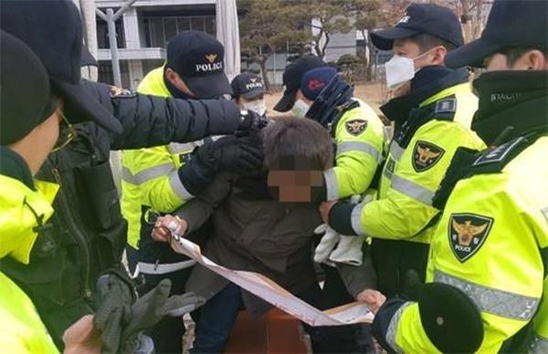 31일 경찰이 서울 종로구 주한 미 대사관 진입을 시도한 대진연 회원을 체포하고 있다. /연합뉴스