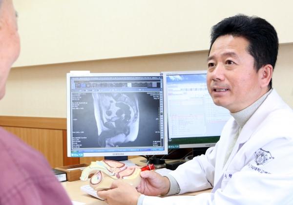 """이형래 교수는 """"전립선암의 경우 수술을 적용했을 때 예후가 가장 양호하다""""며 """"림프절전이나 골전이와 같이 전립선암이 진행됐거나 수술 혹은 방사선 치료를 할 수 없는 경우 혹은 이런 치료를 원하지 않는 사례라면 호르몬치료를 권한다""""고 말했다."""