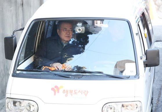 문 대통령이 1일 오전 도시락을 들고 서울 관악구 소재의 한 취약계층 가정으로 가고 있다. [사진 청와대]