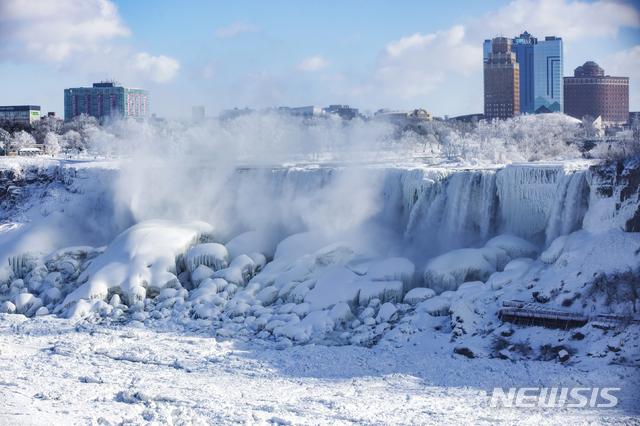 【온타리오=AP/뉴시스】기록적 한파가 몰아친 31일(현지시간) 캐나다 온타리오주의 나이아가라 폭포가 얼어붙어 거대한 얼음 왕국을 형성하고 있다. 북미 지역 최대의 폭포인 나이아가라 폭포는 이 지역을 덮친 강추위로 물줄기가 강한 중심부에는 물이 떨어지고 있지만 4분의 1가량은 수직으로 얼어붙었다. 2019.02.01.