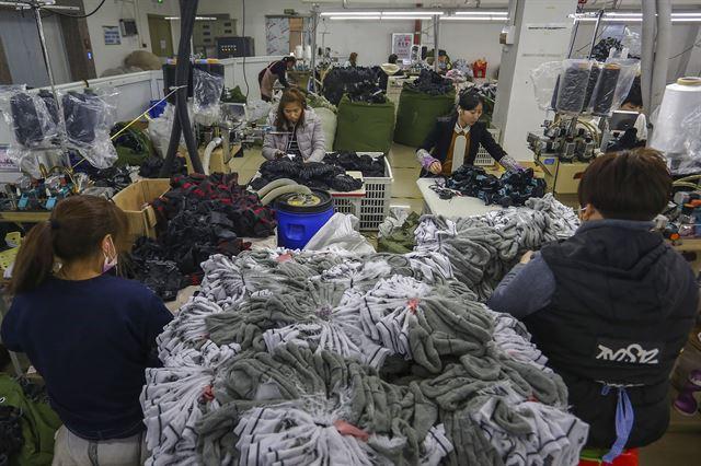 중국 푸젠성 남동부 진장의 한 양말공장에서 노동자들이 작업하고 있다. AP 연합뉴스 자료사진
