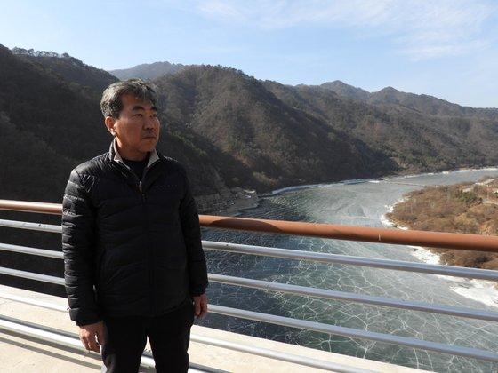 강원도 화천 '평화의 댐'에 선 한상훈 박사. 그는 전국 현장을 누비는 생태학자다. 강찬수 기자