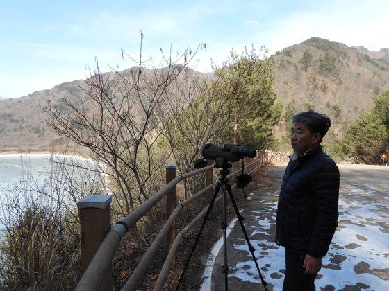 한상훈 박사가 평화의 댐 인근에서 백암산 케이블카 공사 현장을 살펴보고 있다. 강찬수 기자