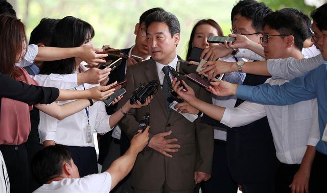 이규진 전 대법원 양형위원회 양형위원이 지난 해 8월 서울중앙지검에 피의자 신분으로 소환되고 있다. 연합뉴스