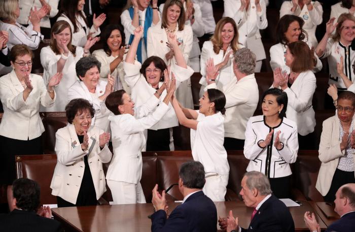 트럼프 국정연설 속 '흑백의 드레스코드', 어떤 의미 담겼나[알멩 토토|강원랜드게임종류]