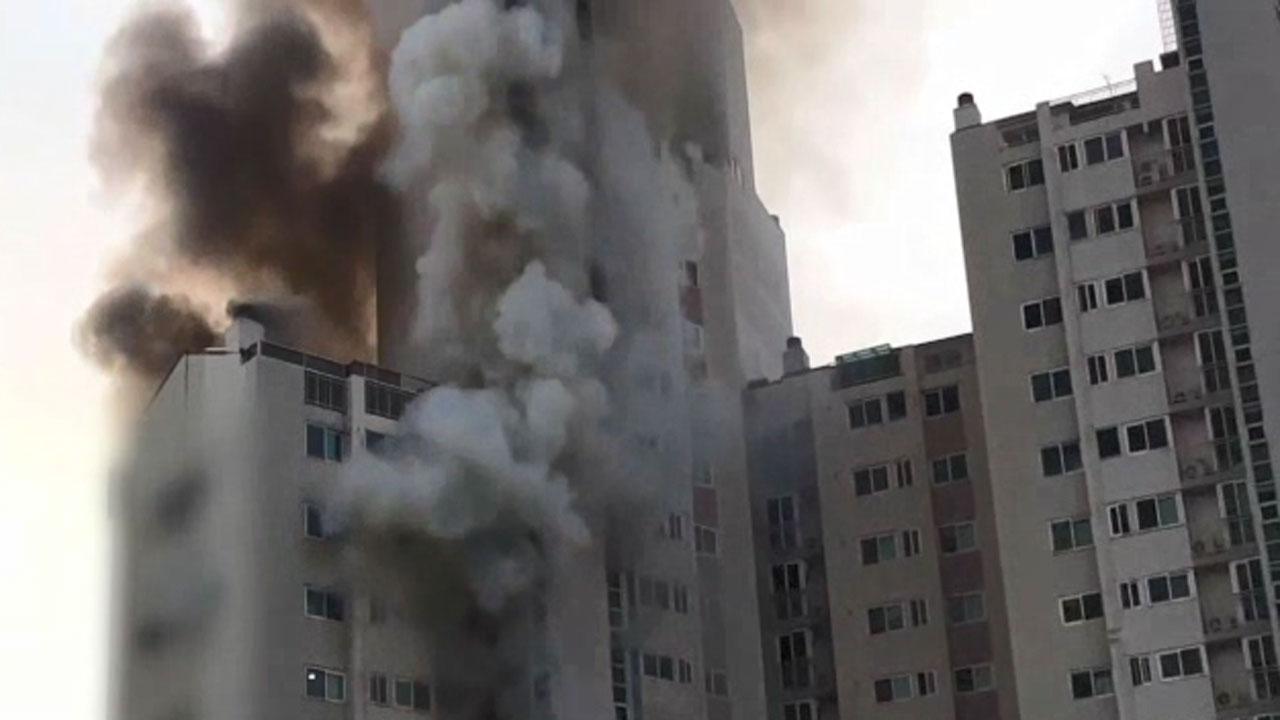 아파트 뒤덮은 시커먼 연기..주민 40여 명 병원 이송[반델 토토 야화 토토]