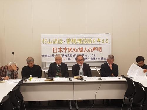 한일관계 개선을 위한 성명을 발표하는 일본 지식인들 6일 오후 도쿄 지요다에 있는 중의원 제2 의원회관에서 일본 지식인 6명이 한일 관계 개선을 위한 성명을 발표했다. 성명에는 226명이 서명했다. 이들은 '무라야마 담화 등을 토대로 일본이 식민지 지배에 대해 거듭 사과하고 반성하는 것이 한일, 북일 관계 발전의 열쇠가 될 것이라고 말했다.    사진 왼쪽부터 다나카 히로시 히토쓰바시대학 명예교수, 우치다 마사토시 변호사, 가스야 켄이치 히토쓰바시대학 명예교수, 와다 하루키 도쿄대 명예교수, 오다가와 코코 재한피폭자문제시민회의 대표,   우츠미 아이코 게이센여학원대학 명예교수. (도쿄=연합뉴스) 박세진 특파원