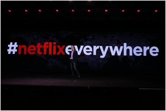 리드 헤이스팅스 넷플릭스 최고경영자(CEO)가 2017년 1월 미국 라스베이거스에서 열린 CES에서 한국을 포함한 130여개국에서 서비스를 시작한다고 발표하고 있다. 넷플릭스 제공