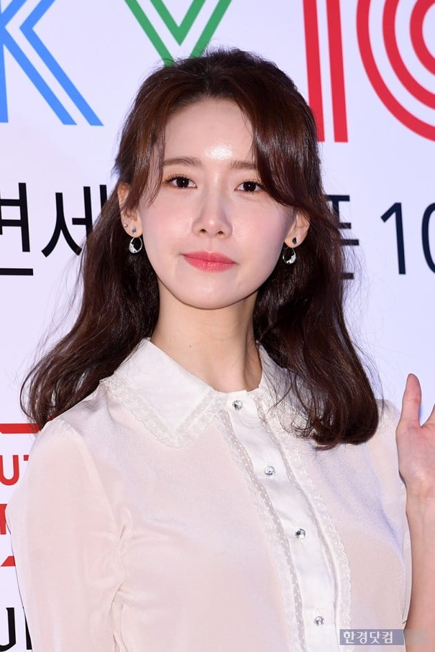 <p>Singer actor Im Yoon-ah 8 am, at the Seoul Samsung-Dong Hyundai Department Store Trade Center opened in the Duty Free Shop open over 100 days commemorative photo on the occasion attended by the photo.</p>