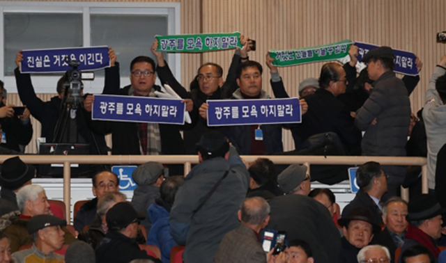 ▲ 8일 오후 국회 의원회관에서 열린 5.18 진상규명 대국민 공청회에서 지만원씨가 5.18 북한군 개입 여부와 관련해 발표하려 하자 5.18 관련 단체 관계자들이 항의하고 있다.ⓒ연합뉴스