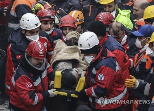 터키 아파트 붕괴 사고 이틀 후 구조된 16세 매몰자 [AP=연합뉴스]