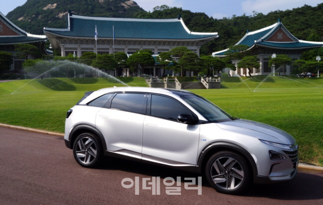 청와대가 지난해 도입한 현대자동차의 수소연료전지차 넥쏘. (사진=청와대)
