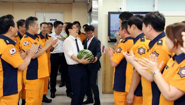 지난해 8월 9일 이재명 경기도지사가 북부소방재난본부를 찾아 수박을 건네며 소방대원들을 격려하고 있다.(사진=경기도청 제공)