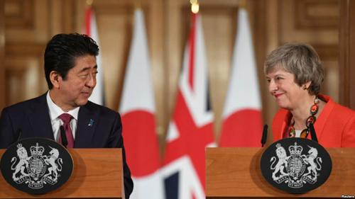 테레사 메이 영국 총리와 아베 신조 일본 총리가 영국 총리 관저에서 정상회담에 이어 공동기자회견을 했다.