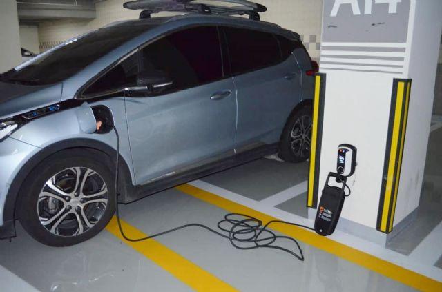 차지인 전기차 충전용 과금형 콘센트로 충전중인 볼트 EV 전기차 모습 (사진=차지인 제공)