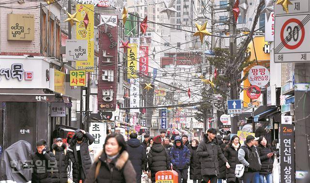 일요일인 10일 저녁을 즐기기 위해 서울 은평구 연신내 먹자골목을 찾은 시민들이 각양각색의 표정으로 거리를 가득 채우고 있다. 서재훈 기자 spring@hankookilbo.com