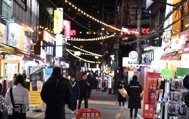 일요일인 10일 저녁 서울 은평구 연신내 먹자골목을 찾은 사람들이 거리를 걷고 있다. 서재훈 기자 spring@hankookilbo.com
