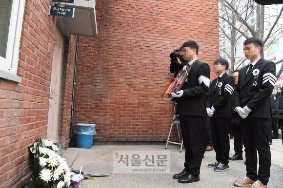 이제 편히 쉬세요  - 10일 유족들이 설 연휴에도 자리를 지키며 마지막까지 응급의료체계 개편에 매달렸던 그의 집무실 앞에서 영정 사진을 들고 애도하고 있다.박윤슬 기자 seul@seoul.co.kr