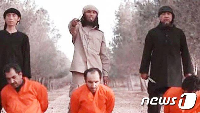 IS 인질 처형 선전 영상. 왼쪽 처형자가 사이후딘. © 뉴스1