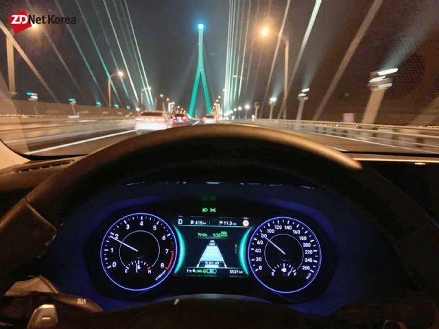 주행보조 기능이 작동되는 팰리세이드가 야간 도로를 주행하고 있다. (사진=지디넷코리아)