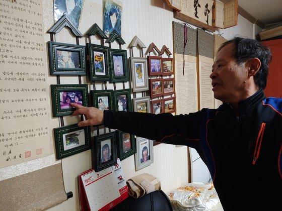 지난 11일 오후 '혜희양 아빠' 송길용씨가 벽에 걸린 혜희양 사진을 어루 만지고 있다. 김민욱 기자