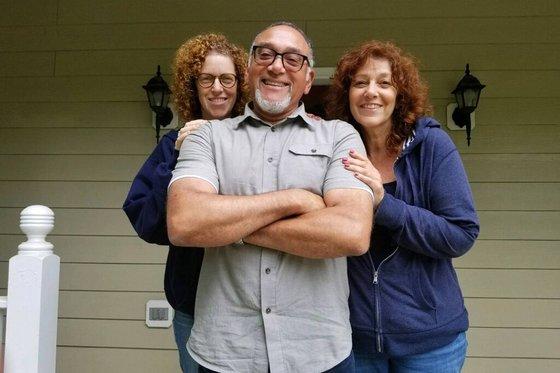 DNA 테스트 결과 만나게된 이복 형제 데이나 돌빈(가운데)과 허위츠 자매. [사진 WSJ]