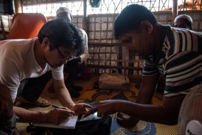 지난해 6월 아시아인권평화디딤돌 아디의 김기남 변호사(왼쪽)가 방글라데시 로힝야 난민캠프에서 뚤라똘리 마을 출신 주민을 인터뷰하고 있다. ⓒ조진섭