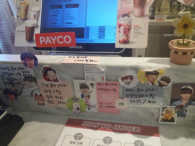 카운터에서는 강다니엘, 윤지성, 옹성우, 김재환이 '픽'한 각종 음료들을 주문할 수 있다.