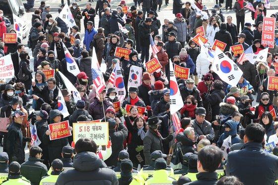�진태 자유한국당 의원 ��자들이 13일 서울 여의도 국회 본청 앞에서 태극기� 피켓을 들고 '�진태 의원에 �한 윤리위 제소 취소'를 요구하고 있다. [뉴스1]