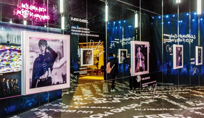멤버들의 공연 사진을 감상할 수 있는 공간. 벽면이 거울이라 예쁜 기념사진을 남기기 좋다.