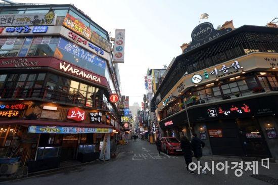 올해 최저임금 인상에 따라 영세 자영업자의 인건비 부담이 커지고 있는 2일 서울 종각역 인근 먹자골목이 한산한 모습을 보이고 있다. /문호남 기자 munonam@