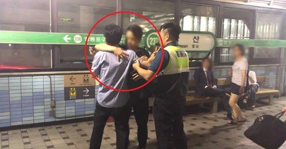"""경찰과 싸우던 당산역 취객, 청년이 안아주자..네티즌 """"반성한다"""""""