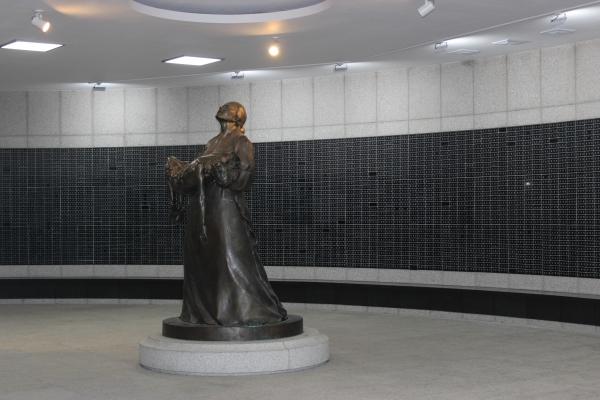광주 5·18기념공원 내 �하 추모승화공간에 설치된 어머니 조각상 뒤쪽 벽면엔 5·18 �련자 4296명의 이름이 적힌 명패� 붙여져 있다. ⓒ시사�널 정성환