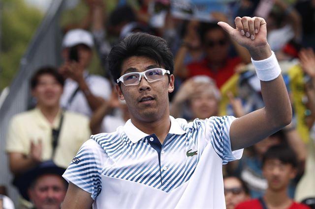 정현이 지난달 15일 호주 멜버른 파크에서 열린 호주오픈 남자단식 1회전에서 브래들리 클란을 꺾고 기뻐하고 있다. 멜버른=로이터 연합뉴스