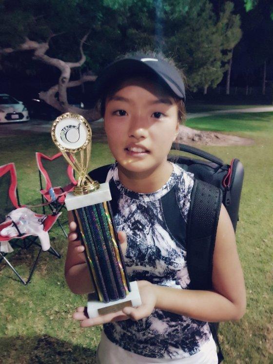 미국에서 열린 12세 이하 테니스대회에서 우승을 차지한 이재아. [사진 이동국]