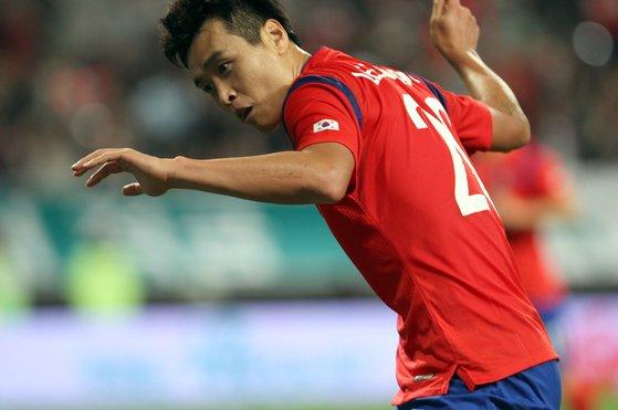 이동국은 2014년 9월 코스타리카와의 대표팀 평가전에서 골을 넣은 뒤 재아를 위해 테니스 스트로크 세리머니를 펼쳤다. [중앙포토]
